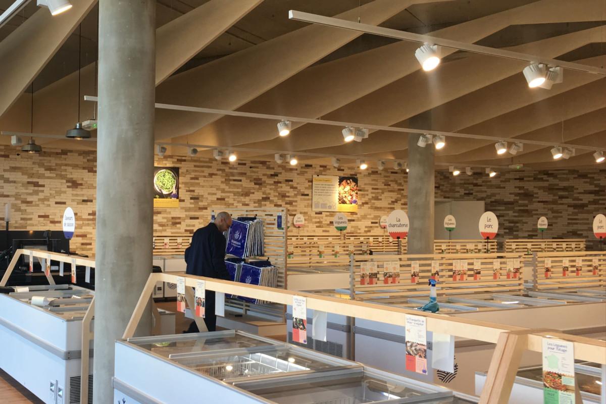 implantation des rails d'éclairage à l'intérieur du magasin