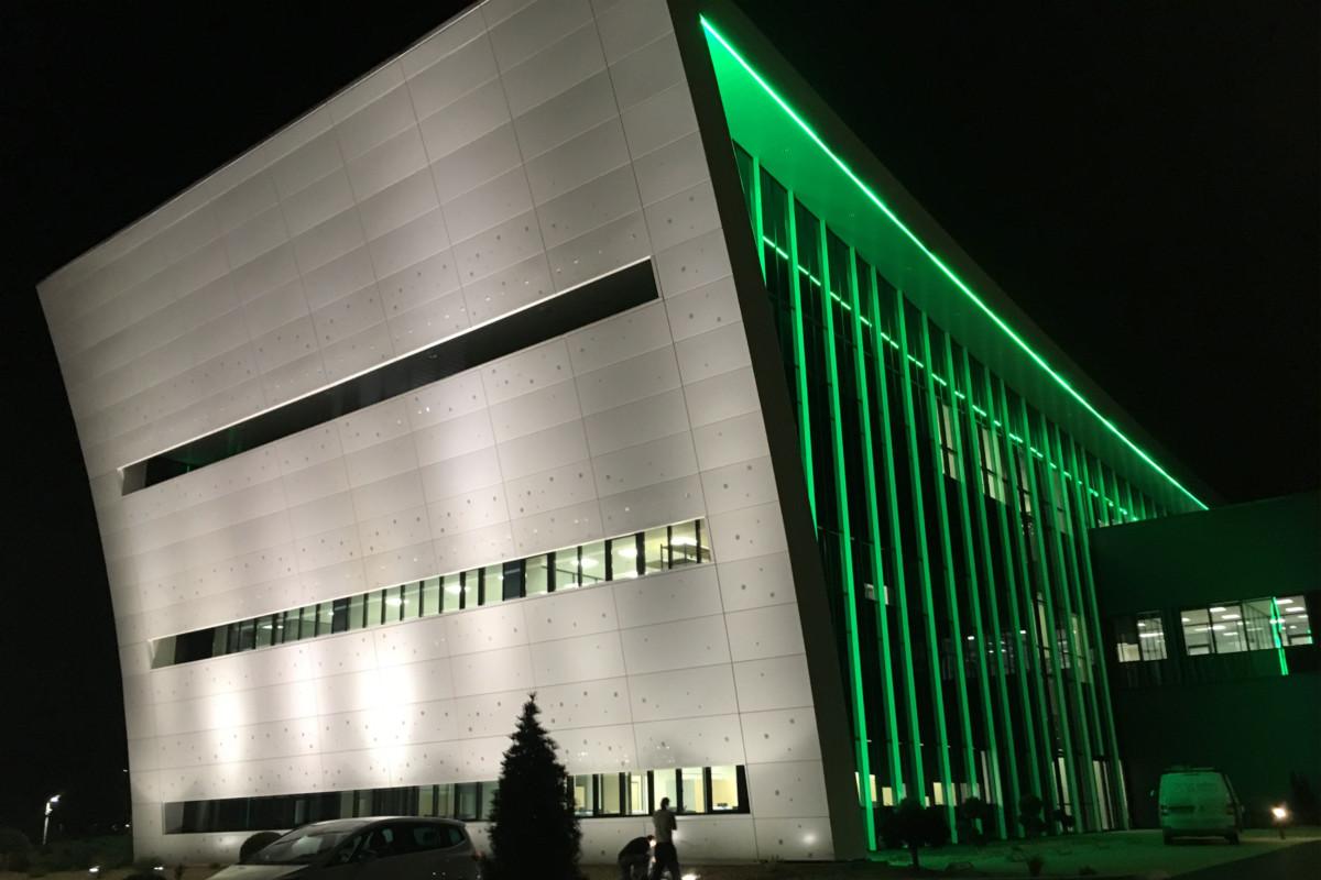 photo du bâtiment éclairé par des LED verts
