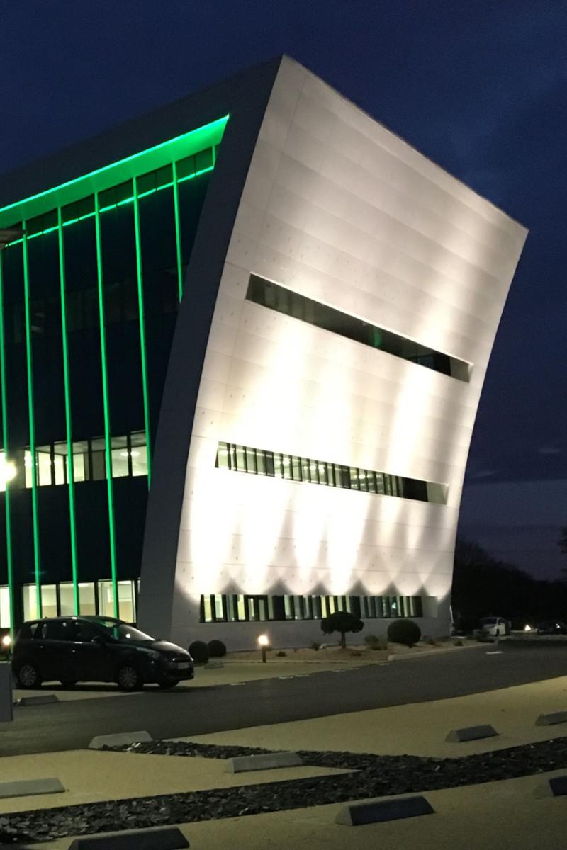 éclairage du côté de la façade par des spots