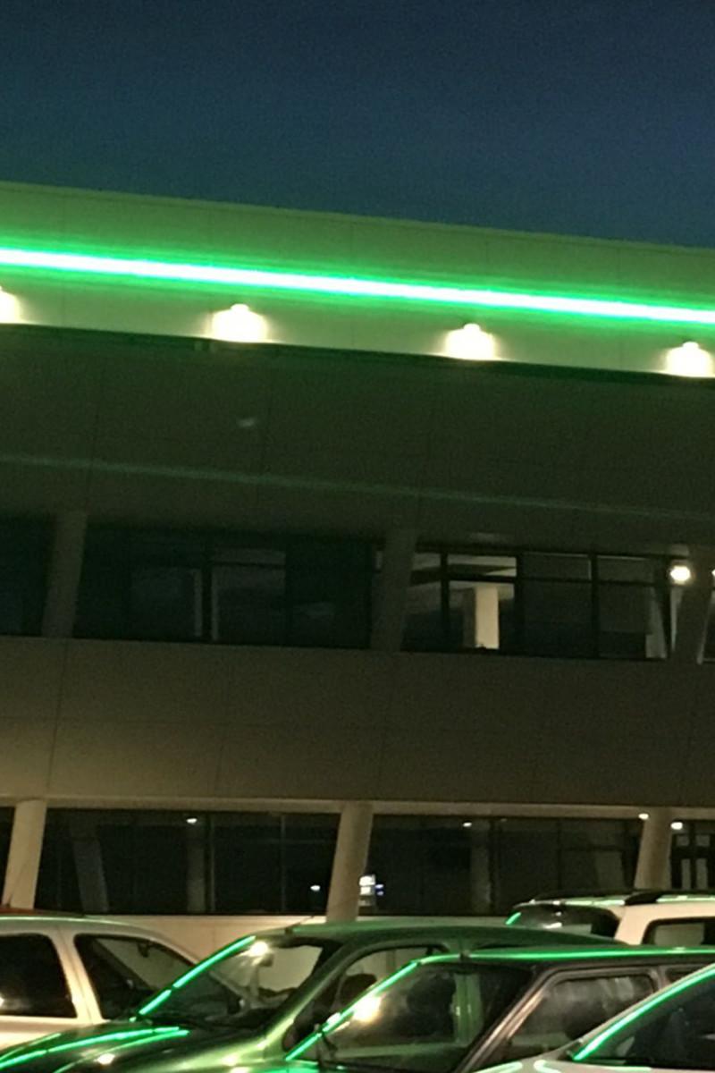 façade d'un bâtiment éclairée par un bandeau LED
