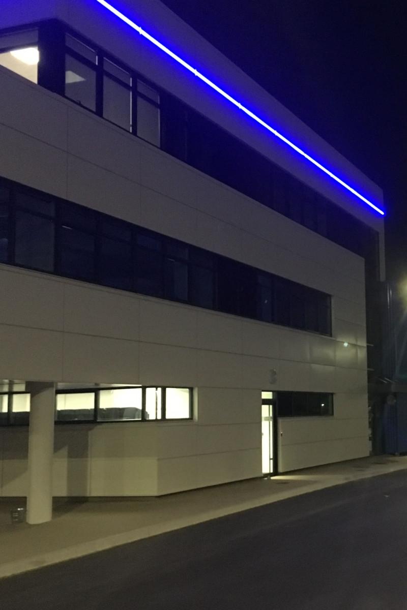 éclairage du haut du bâtiment avec des Leds bleus