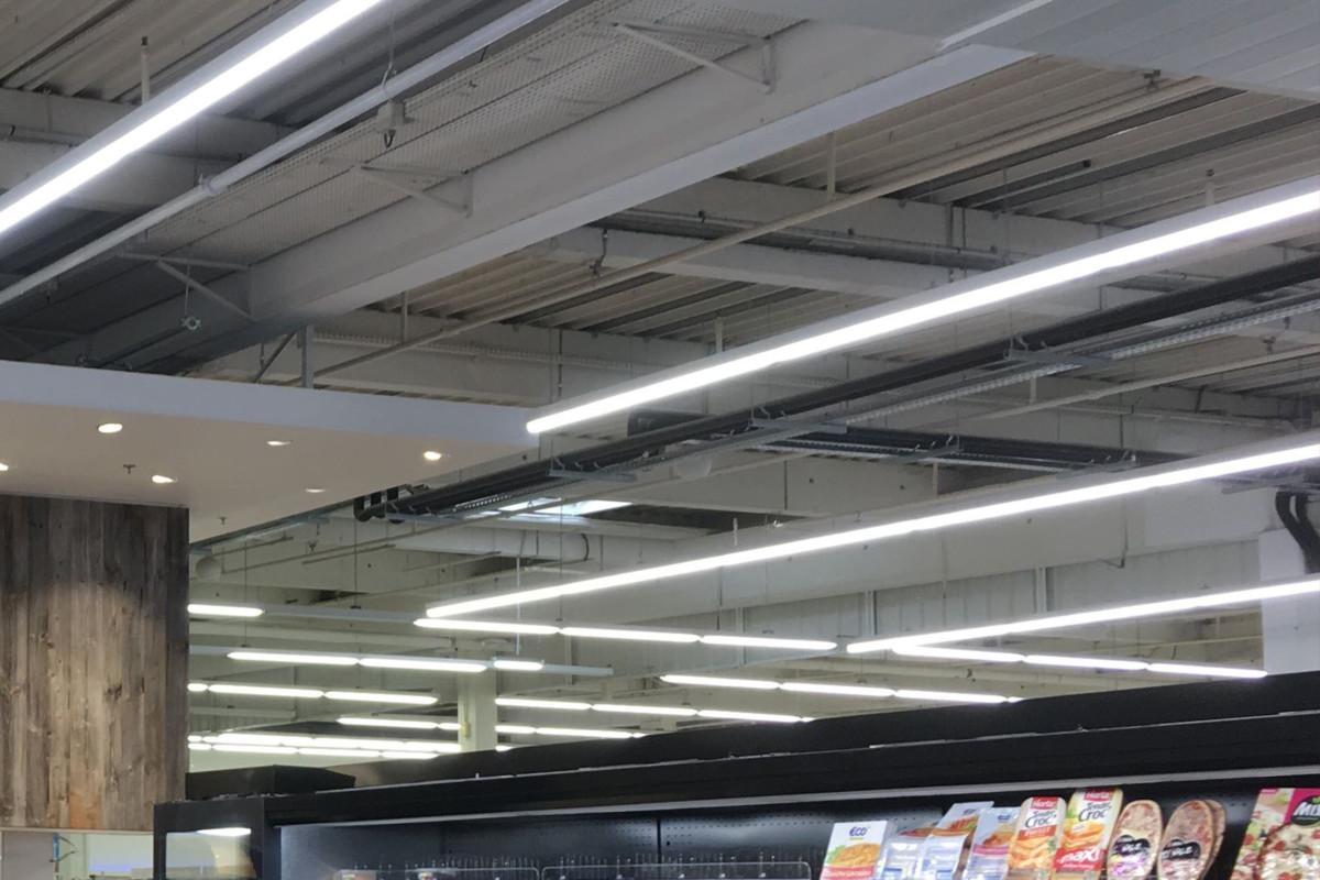 rampes de spots LED blancs chez un traiteur