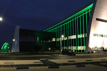 ensemble du bâtiment éclairé de nuit